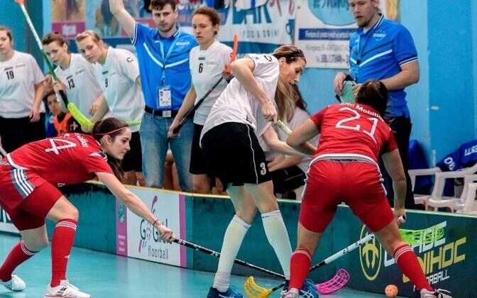 Женская сборная Эстонии по флорболу (в белом) в каждом матче бьется до конца.