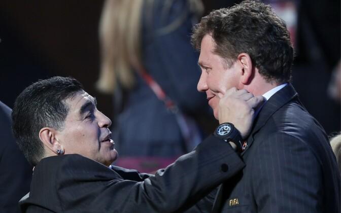 Diego Maradona (vasakul)
