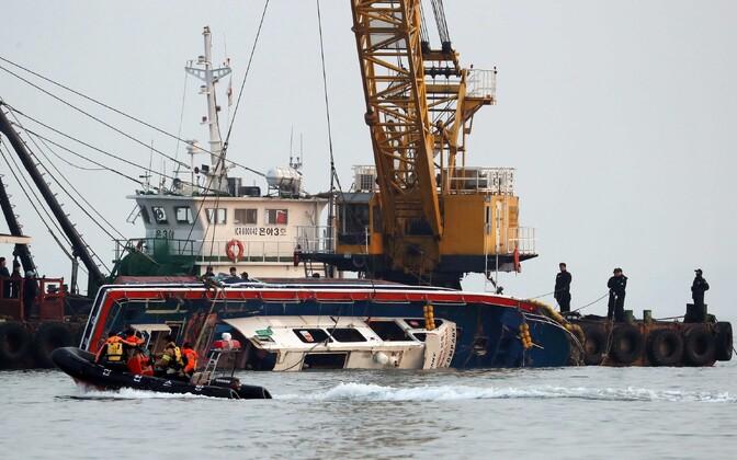 Рыболовецкое судно столкнулось с танкером в Желтом море