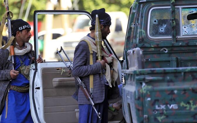 Huthi mässulised Sanaas endise presidendi Ali Abdullah Saleh' residentsi juures.