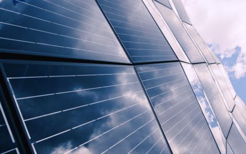 Kas näiteks kortermajal on võimalik oma isikliku päikeseelektrijaamaga raha kokku hoida?