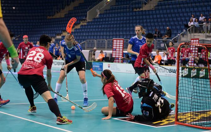 Сборная Эстонии атакует ворота команды Сингапура