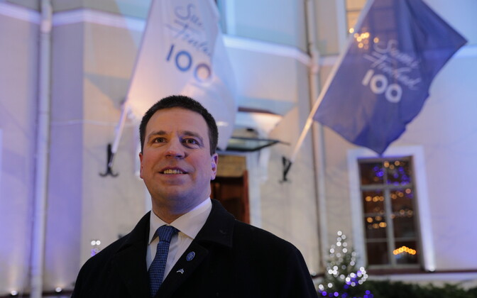 Prime Minister Jüri Ratas in front of the Finnish Embassy in Tallinn on the morning of the Finnish centennial. Dec. 6, 2017.