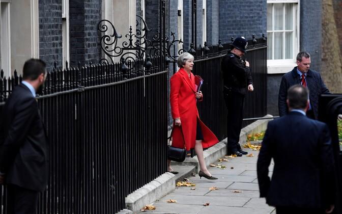 Тереза Мэй выходит из своей резиденции на Даунинг-стрит в Лондоне.