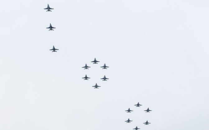 Soome õhuväe lennukid moodustasid Kuopuo kohale arvu 100.
