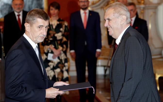 Президент Чехии Милош Земан (справа) назначил новым премьер-министром страны миллиардера Андрея Бабиша.