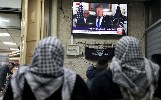 Палестинцы смотрят заявление Трампа о признании Иерусалима столицей Израиля.