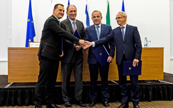 Vasakult: Küprose energiaminister Georgios Lakkotrypis, Kreeka energiaminister Giorgos Stathakis, Iisraeli energiaminister Yuval Steinitz ja Itaalia suursaadik Küprosel Andrea Cavallari 5. detsembril lepet allkirjastamas.