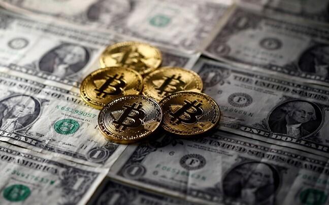 Bitcoinid ja USA dollarid.