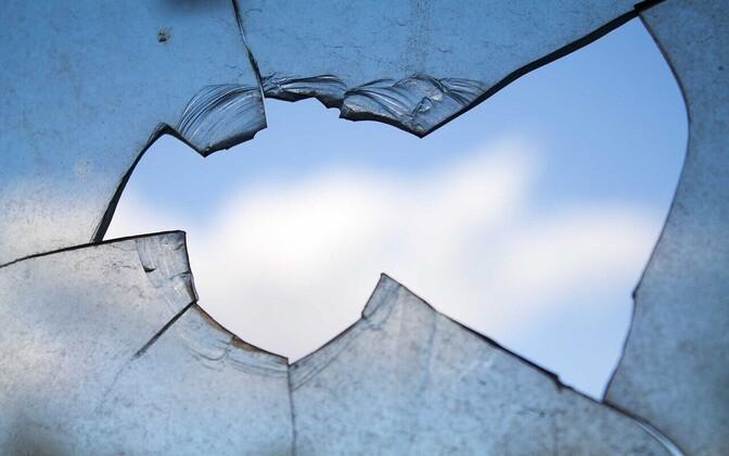Разбитое окно. Иллюстративное фото.