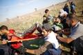 Вынос раненого в столкновениях в секторе Газа.