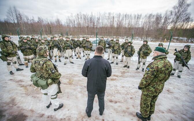 Юри Ратас с участниками военных учений Okas