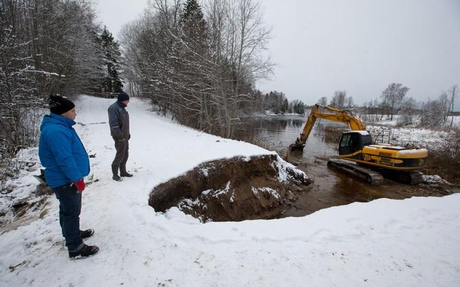 Saku vallas Kurtna-Vilivere teel uhtus tulvavesi truubi ära.