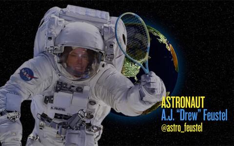 NASA astronaut A.J. Feustel püüab kosmoses tennisematši pidada.