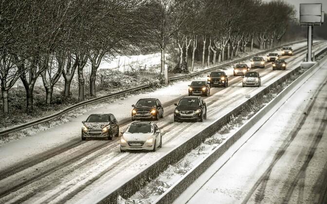 Autod lumisel A25 maanteel Prantsusmaal Godewaersvelde'is.