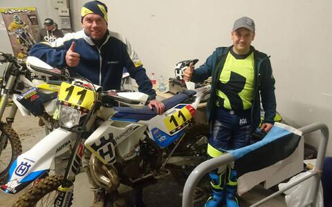 Rene Jerbach (paremal) koos mehaanik Meelis Vaidlaga Poolas