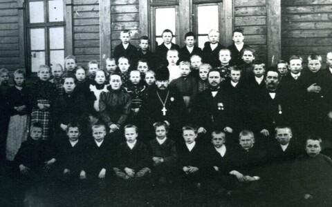 Leisi kihelkonna kool 1890. aastal.