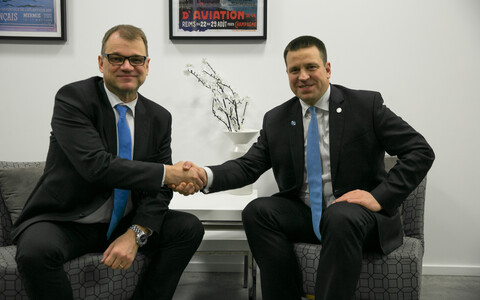 Finnish Prime Minister Juha Sipilä and Estonian Prime Minister Jüri Ratas (Center) in Paris on Monday. Dec. 11, 2017.