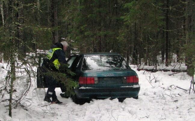Автомобиль, в котором мужчина два месяца жил в лесу.