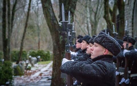 Отдание почестей британским морякам на Военном кладбище.