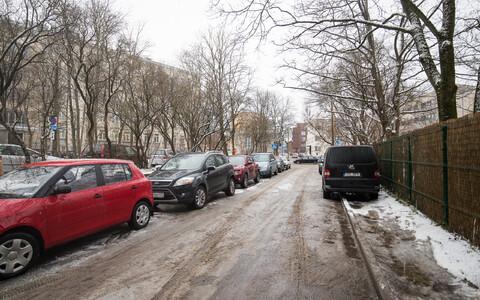 Парковочные места у поликлиник Ида-Таллинской центральной больницы заняты постоянно.