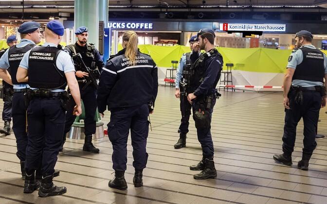 Politseinikud Schipholi lennujaamas.
