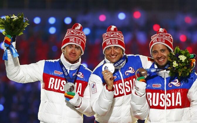 Sotši olümpial võitis Aleksandr Legkov (keskel) 50 km sõidus kulla ja Maksim Võlegžanin (vasakul) hõbeda, nüüdseks on mõlema tulemused tühistatud ja neile määrati eluaegne olümpiakeeld, suusaliit määras neile ajutise võistluskeelu.