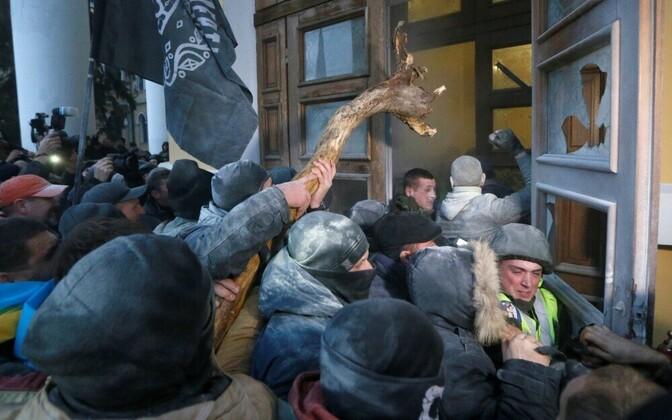 Участники акции пытались прорваться в Октябрьский дворец в Киеве.