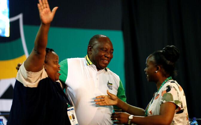 Lõuna-Aafrika Vabariigi võimupartei uus juht Cyril Ramaphosa (keskel).
