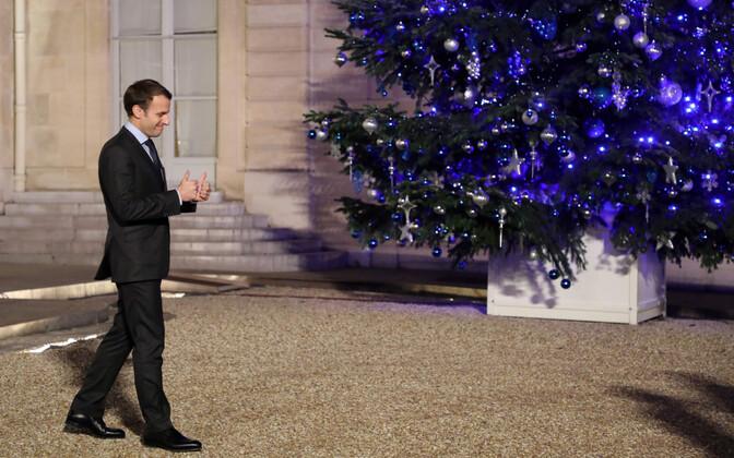 Prantsusmaa president Emmanuel Macron Élysée palee jõulukuuse juures.