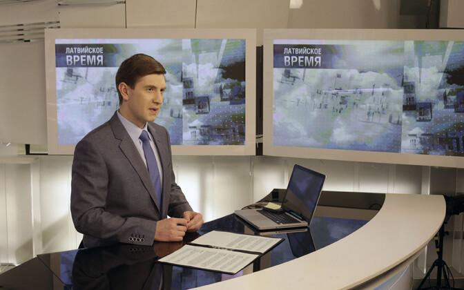 PBK ajakirjanik telekanali uudistestuudios Riias.