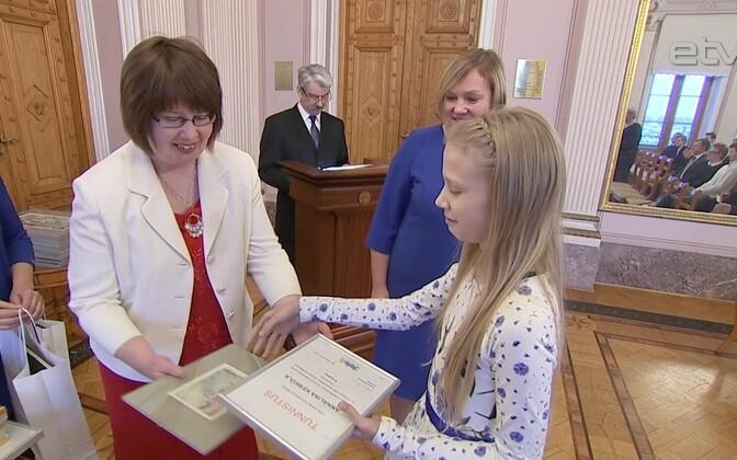 Награждение победителей викторины ко Дню гражданина в 2017 году.