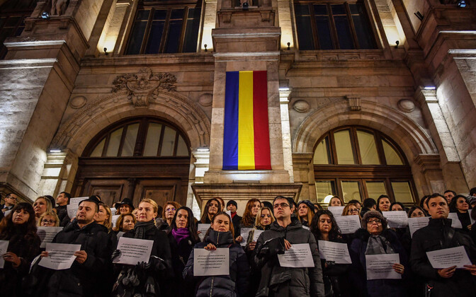 Juristid Bukaresti kohtuhoone ees reformi vastu meelt avaldamas.