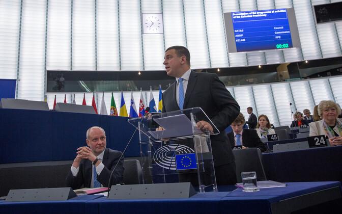 Matti Maasikas and Prime Minister Jüri Ratas (Centre) at the European Parliament.