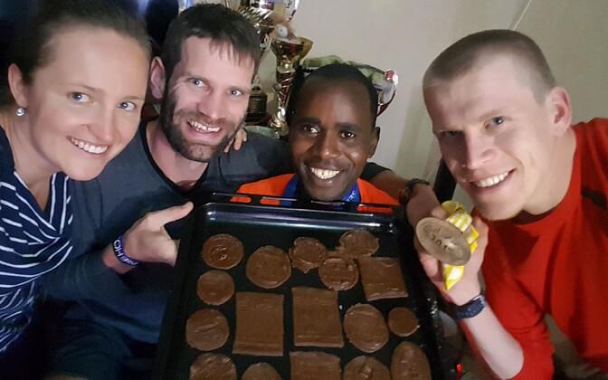 Ibrahim Mukunga koos eestlastega piparkooke valmistamas