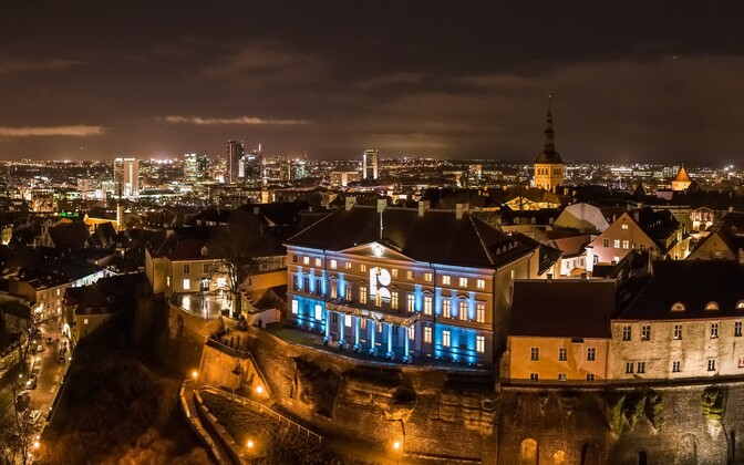 Stenbock House, the seat of the Estonian government, lit up with the official Estonia 100 logo.