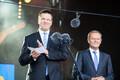 Eesistumise avamise puhul toimub ka rahvapidu Vabaduse väljakul, kus Donald Tusk tsiteerib eesti keeles Paul-Eerik Rummo luuletust