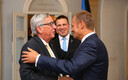 Jean-Claude Juncker, Donald Tusk ja Jüri Ratas jagavad Tallinnas kohtudes suudlusi ja kallistusi.