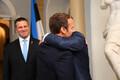 Jüri Ratas jälgib õndsal pilgul Emmanuel Macroni ja Donald Tuski rõõmsat kohtumise embust.