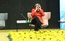 Angela Merkel piilub ajakirjanikke ja kolleege läbi sõrmebinoklite.