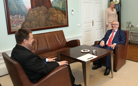 Prime Minister Jüri Ratas (Center) with Jean-Claude Juncker.