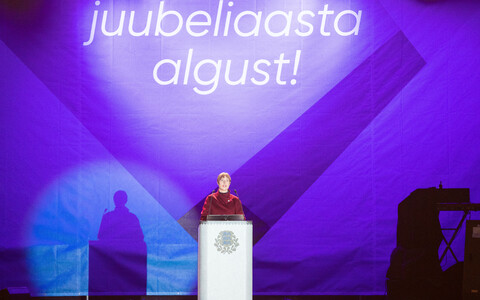 Речь президента Эстонии Керсти Кальюлайд и праздничный салют