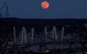Tavapärasest eredam täiskuu New Yorgis Hudsoni jõe kohal. Kuu paistab punakana õhus leiduvate aerosoolide tõttu.