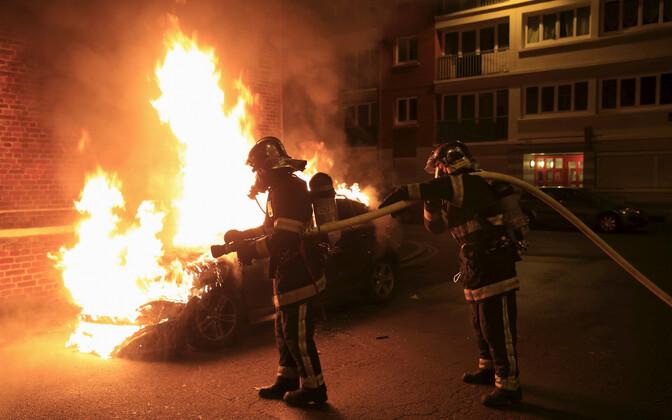 Põlev auto Lille'i linnas eelmisel aastavahetusel.