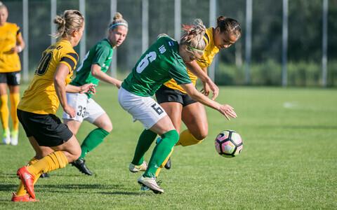 FC Flora naiskond (rohelises).