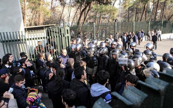 Valitsuse vastu protestivad tudengid Teherani ülikooli juures vastamisi märulipolitseinikega.