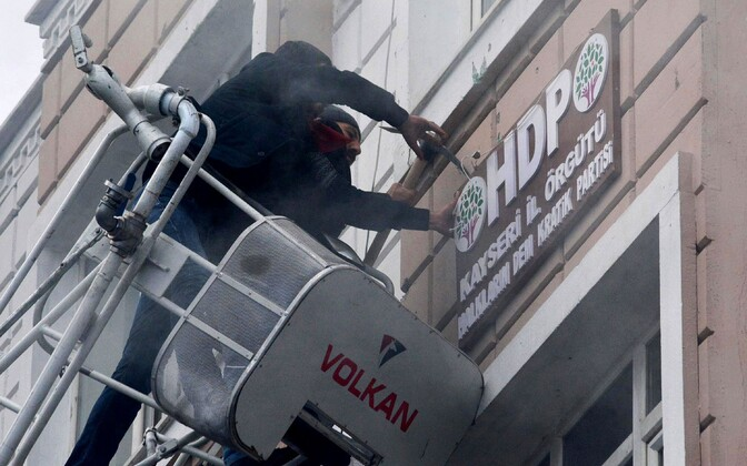 Protestija kõrvaldamas 2016. aasta detsembris Kayseris HDP kontori juurest partei logo.