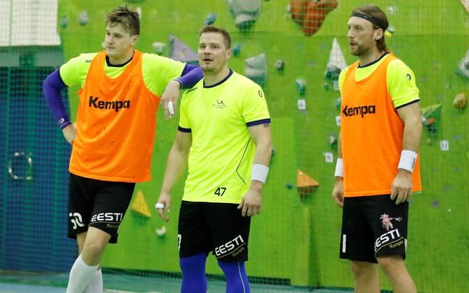 Hetk reedesest treeningust, kus joonemängijate Hendrik Varuli ja Martin Johannsoni vahel on käevigastusest paranev Kristo Voika.