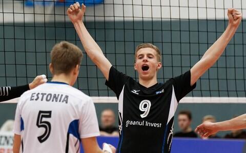 Eesti U-18 võrkpallikoondislased Allar Keskülla (vasakul) ja Richard Voogel rõõmustamas.