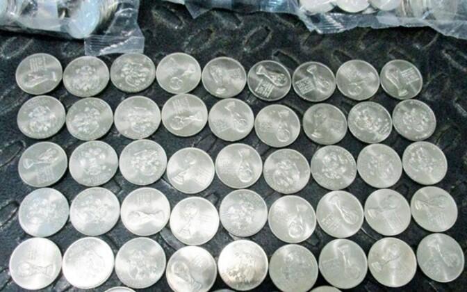 Изъятые монеты с символикой Чемпионата мира по футболу.